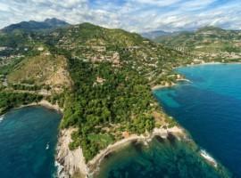 Schräg über dem ligurischen Meer