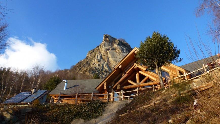 Auf dem Granit des Valle dell'Orco Tal - Der Felsen welcher hinter der Hütte steht