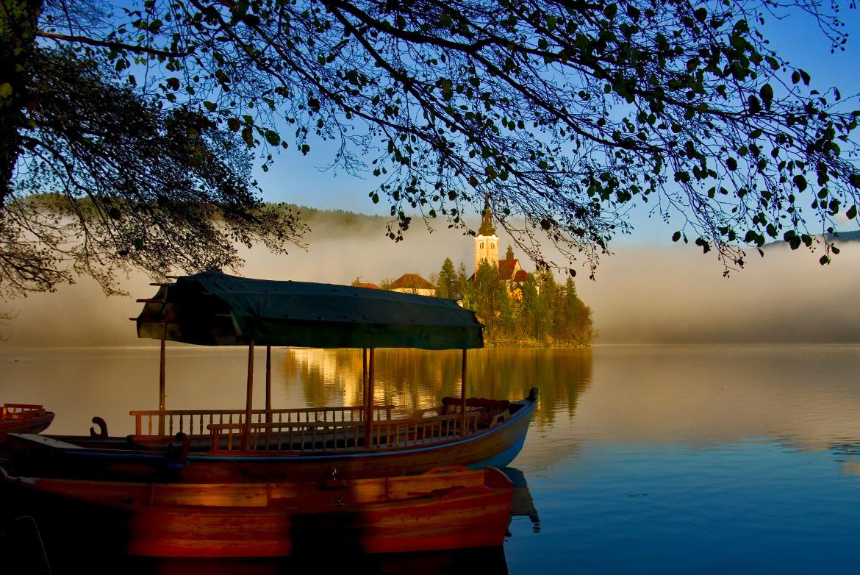 Das typische Holzboot von Bled, damit man den See durchfahren und die Insel erreichen kann