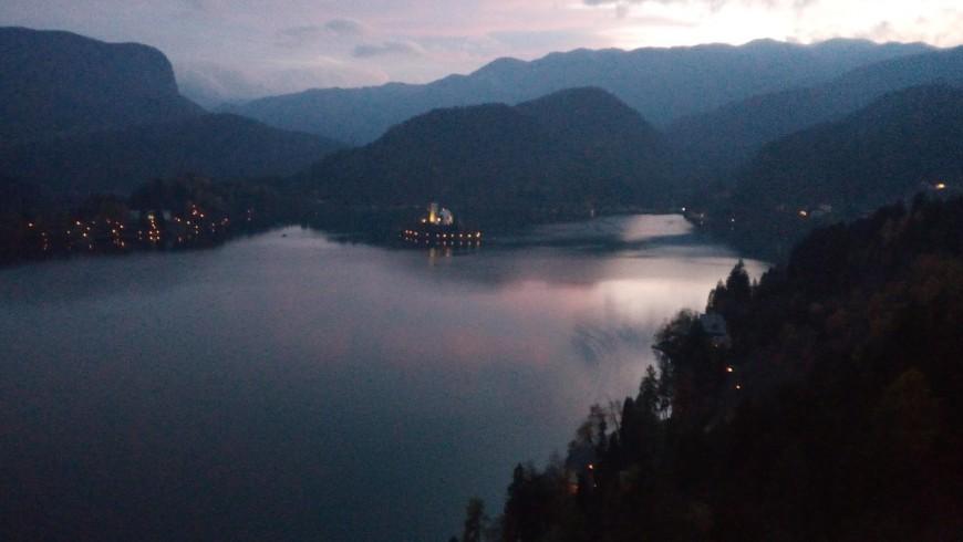 Ansicht des Sees an Sonnenuntergang von der Spitze des Schlosses, Foto von Silvia Ombellini