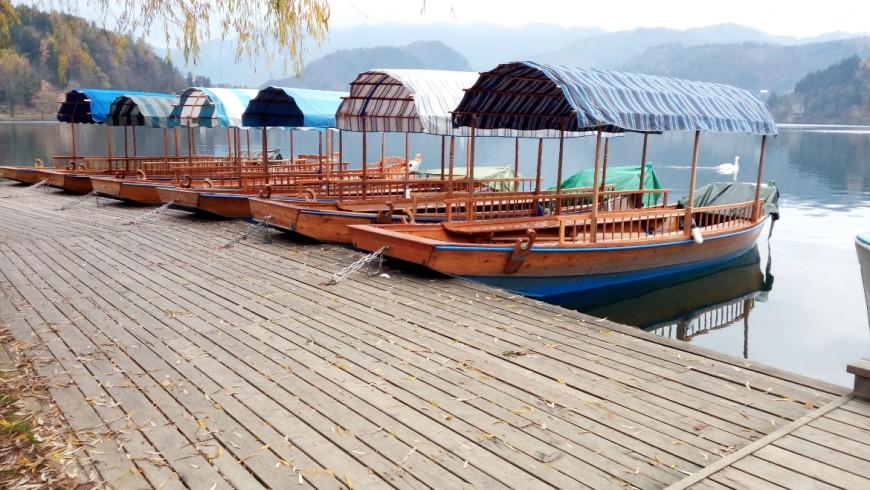 Pletna, typische Holzboot verankert auf dem See von Bled. Foto von Silvia Ombellini