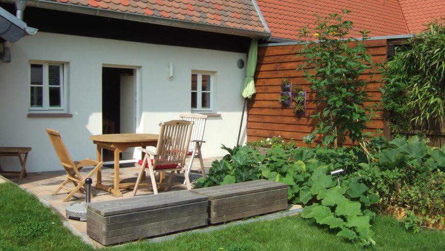 Blick von hinten Terrasse im Sommer