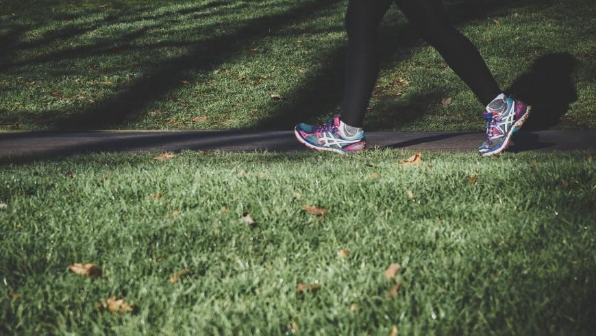 Beim Gehen straffen Sie die Muskeln