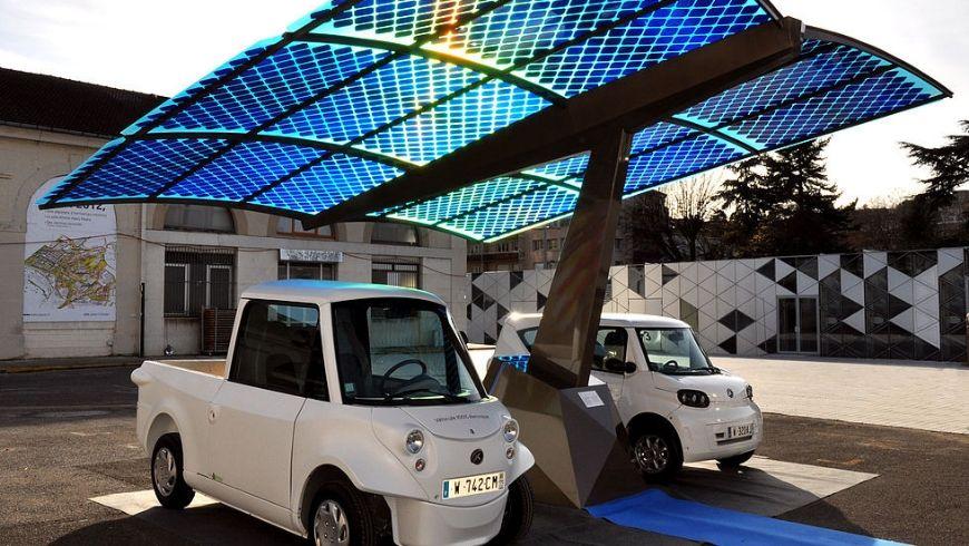 Ladestation für Elektrofahrzeuge mit Sonnenkollektoren