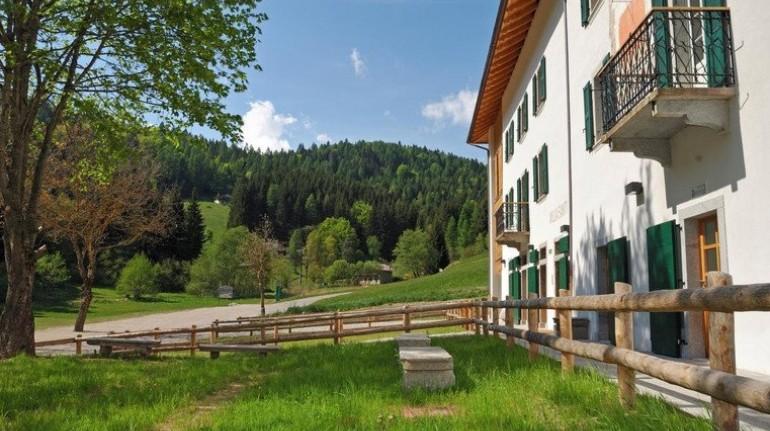 Ein Ferienhaus in der Natur: Zwischen Wiesen und Höfen im Adamello-Brenta-Nationalpark